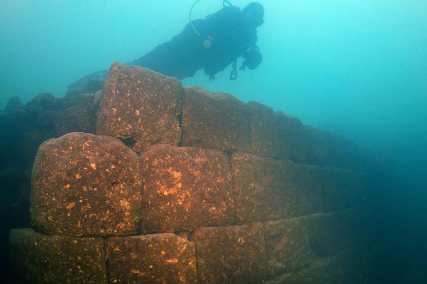 Van Gölünde efsane kalenin kalıntıları bulundu