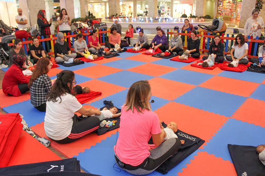 Capacity AVMde anne ve bebekler birlikte yoga yapıyor