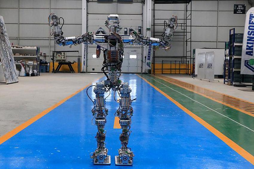 Adım atan insansı robot Akıncı-4 3 dil konuşabiliyor