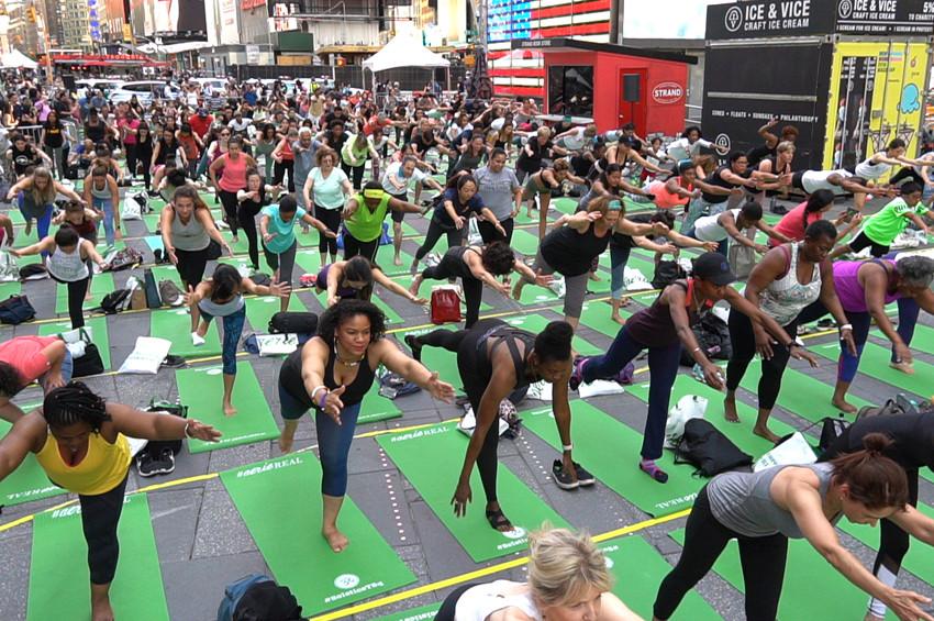 Dünya Yoga Gününde Times Meydanında yoga