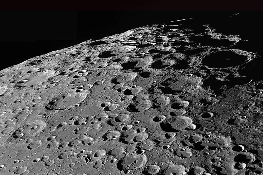 Ayın karanlık yüzeyinde UFO görüldü!