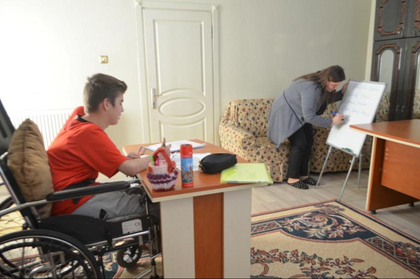 Kas hastası Ferhat ayağına gelen okulla derslerinden geri kalmıyor