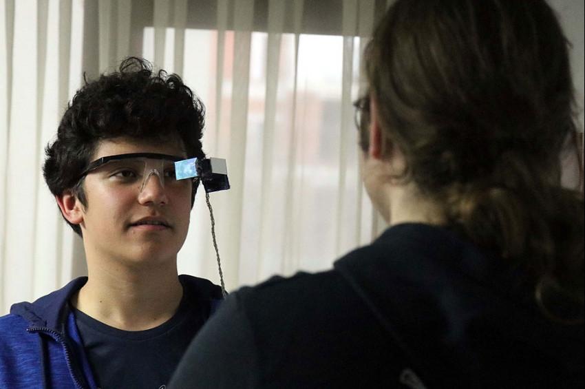 İşitme engelliler için alt yazılı gözlük geliştirildi