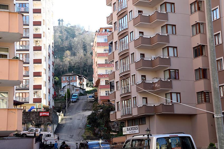 Üşengeç Rizeli eviyle market arasında teleferik kurdu