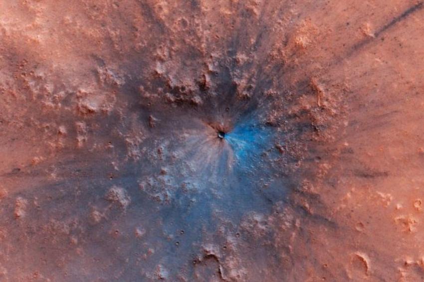 Marsa çarpan göktaşı yeni bir krater oluşturdu