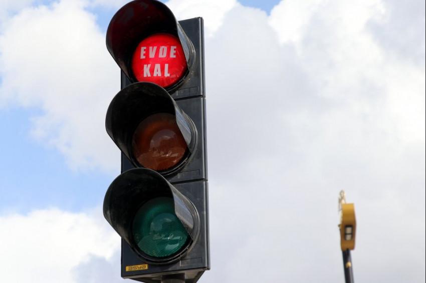Trafik ışıklarıyla Evde kal çağrısı