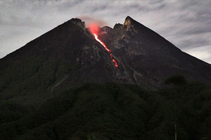 Merapi Yanardağı 2 bin metre yüksekliğe kül püskürttü