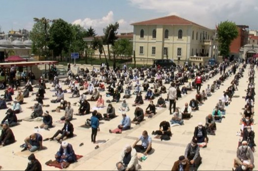 Türkiyede 74 gün sonra cuma namazı kılındı