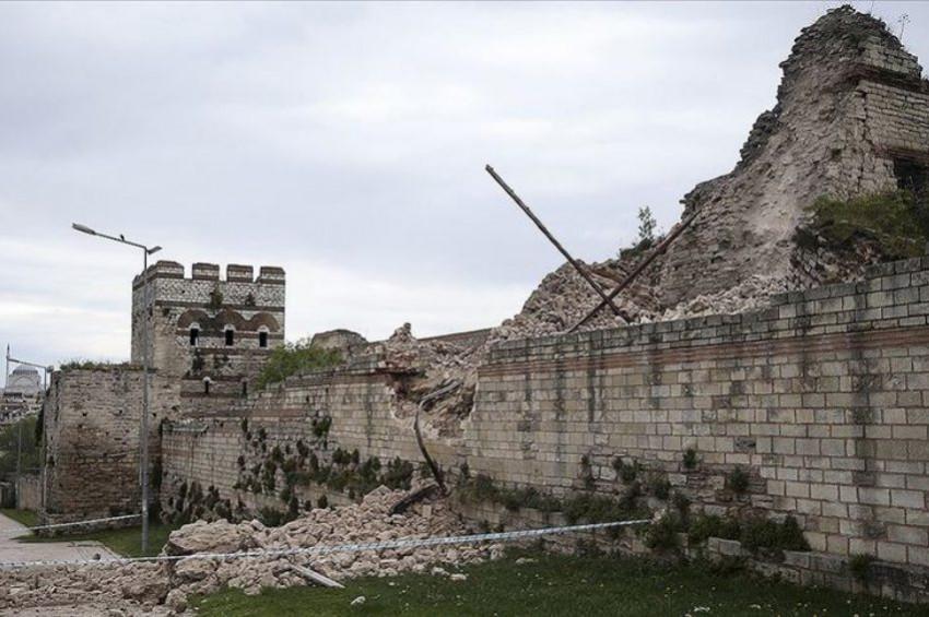 Tarihi Topkapı Surlarının bir kısmı çöktü
