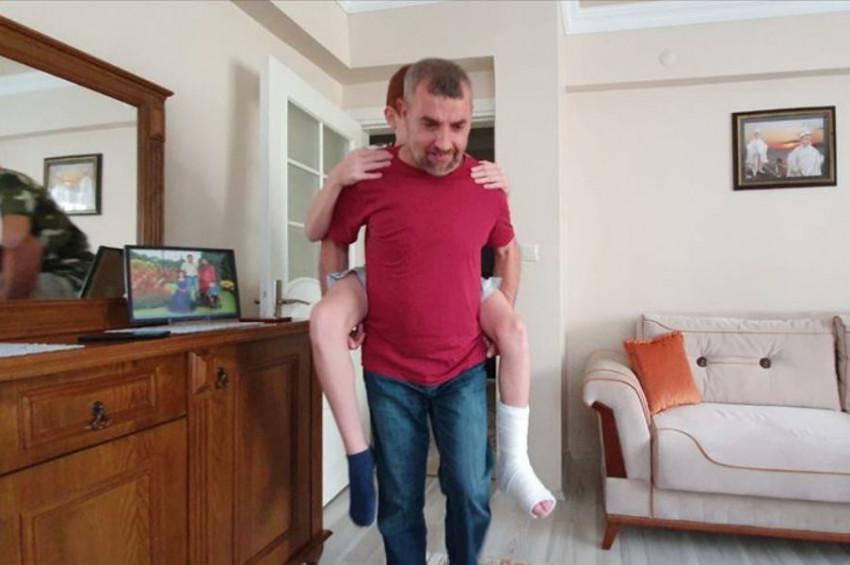 İznikte bir baba ayağı kırılan oğlunu LGS sınavı için okula kadar sırtında taşıdı