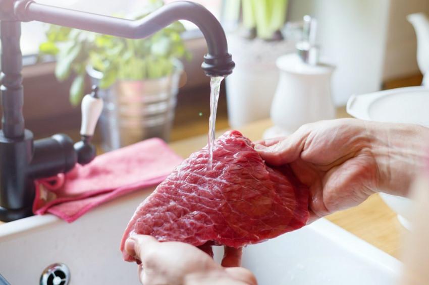 Eti pişirmeden önce yıkamak tehlikeli