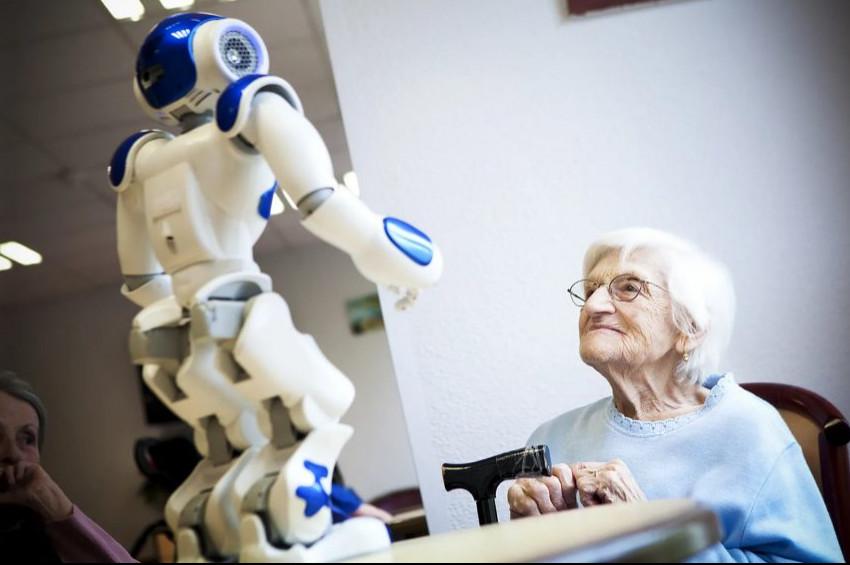 Yalnızlıkla mücadele için robotlarla söyleşen de var