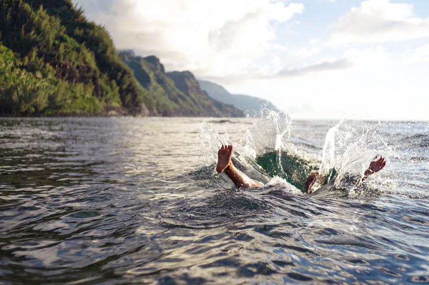 Suya balıklama atlarken sakat kalmayın